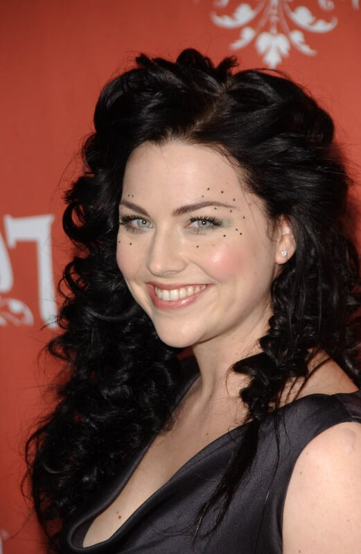 pale skin and black hair combination